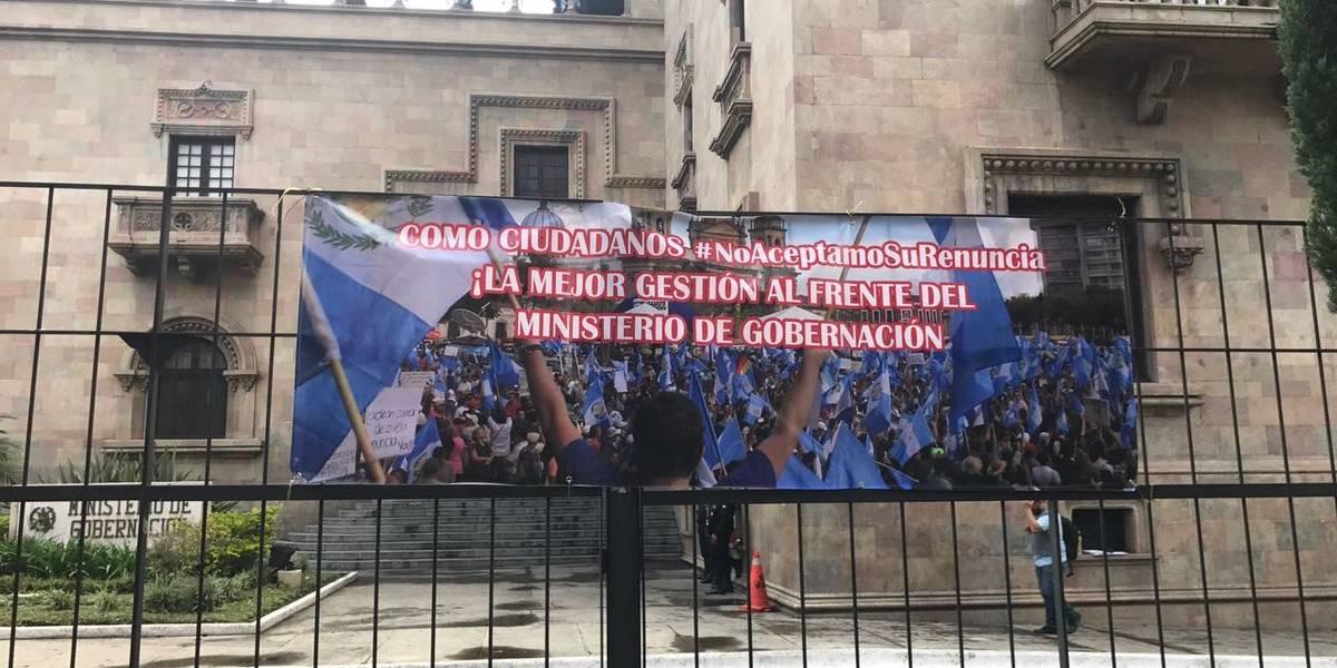 Colocan manta y piden firmas a favor del ministro Francisco Rivas