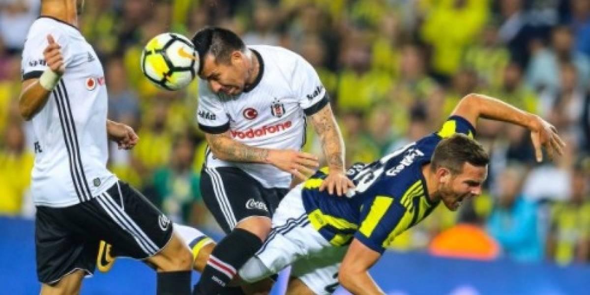 Gary Medel fue villano en derrota de Besiktas ante el Fenerbahçe del Huaso Isla