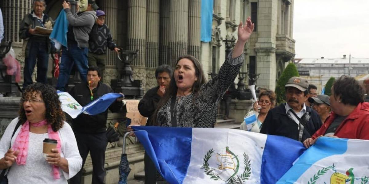 Los guatemaltecos regresan a la plaza con duras críticas contra el gobierno