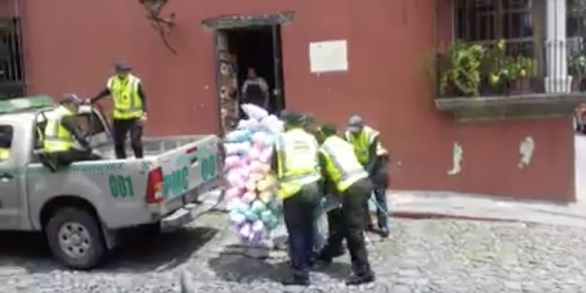 VIDEO. Agentes de la PMT de la Antigua le quitan algodones a un vendedor