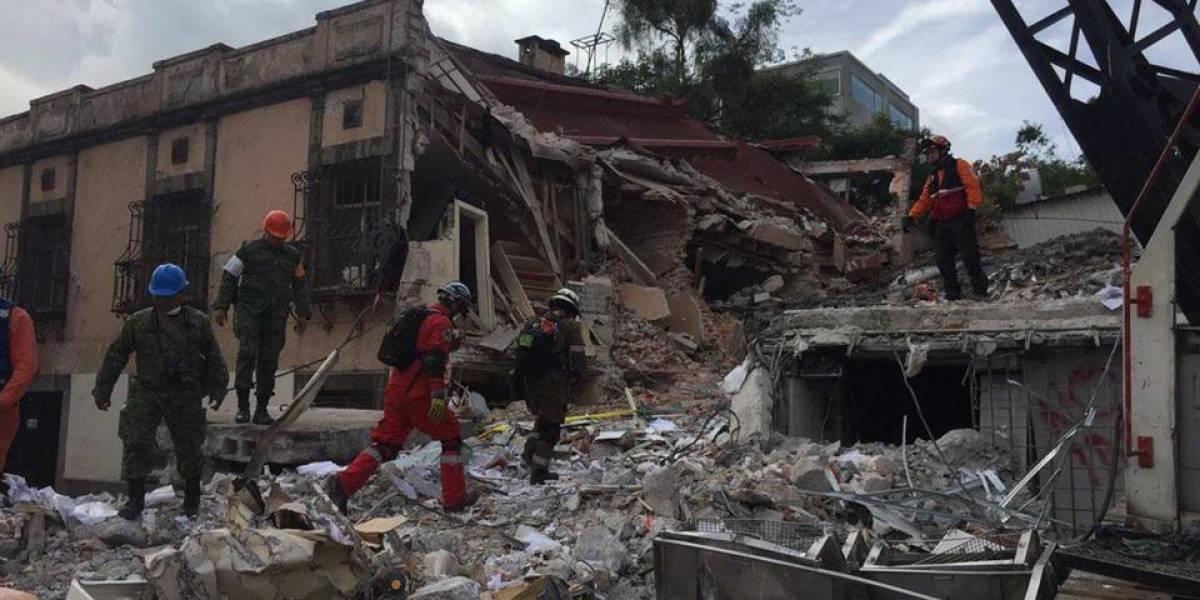 Bomberos ecuatorianos, en zona cero de México