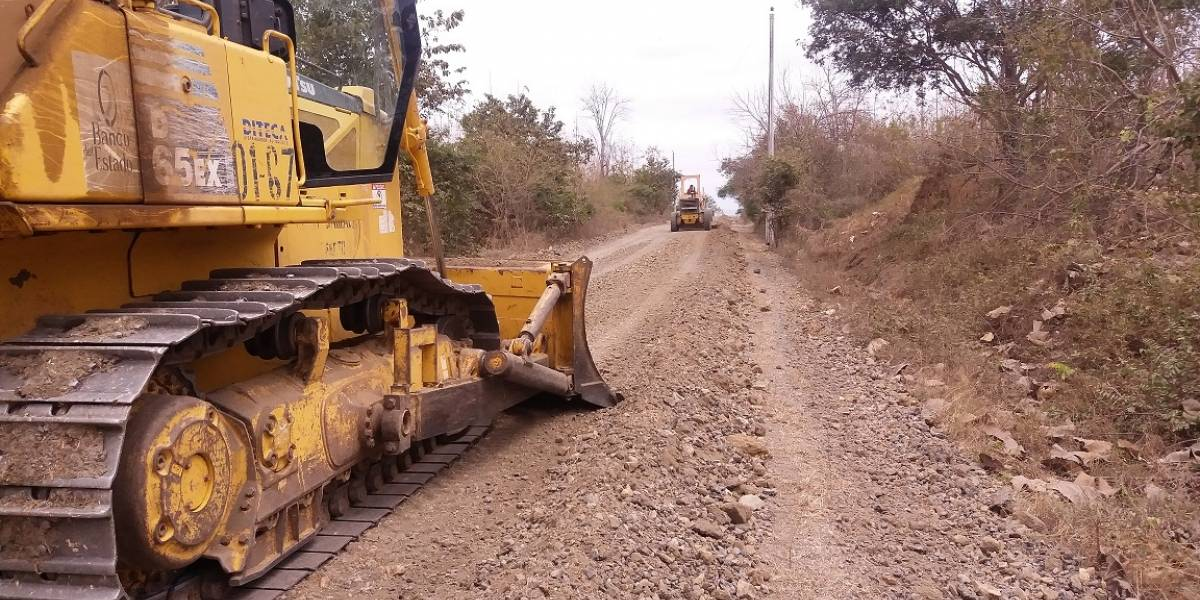 Rehabilitación vial en Chongón  favorece al comercio