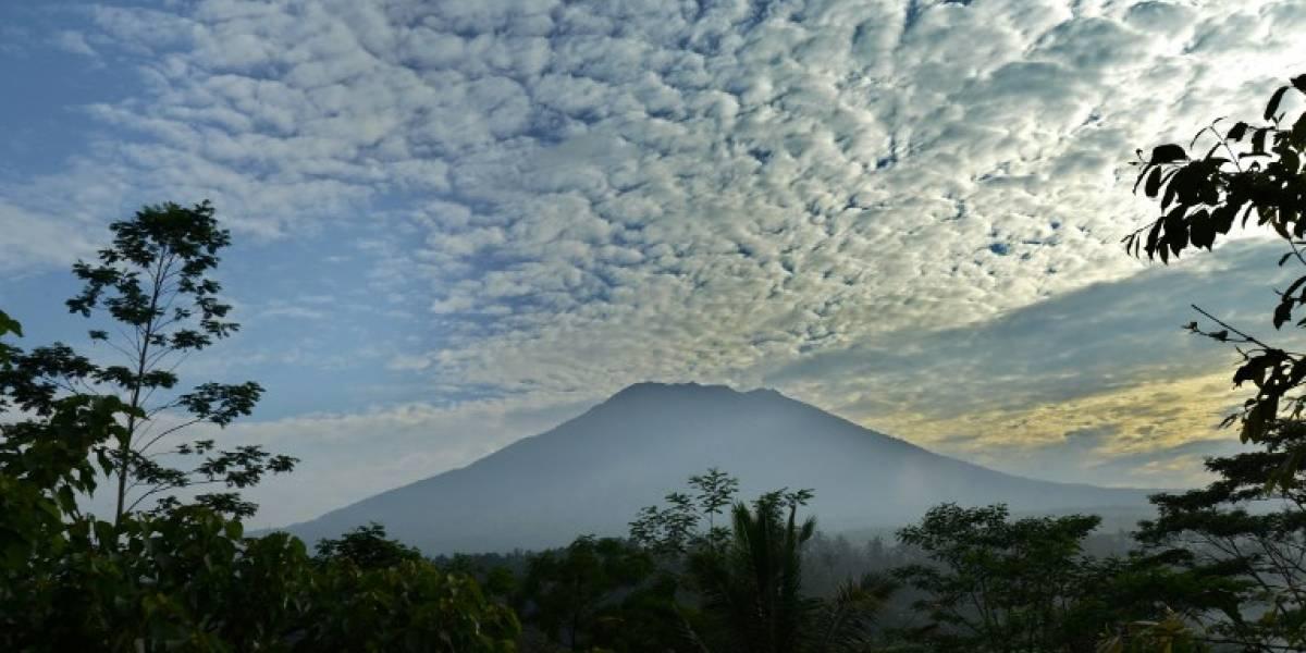 Evacuan a miles de personas en Bali por temor a erupción volcánica