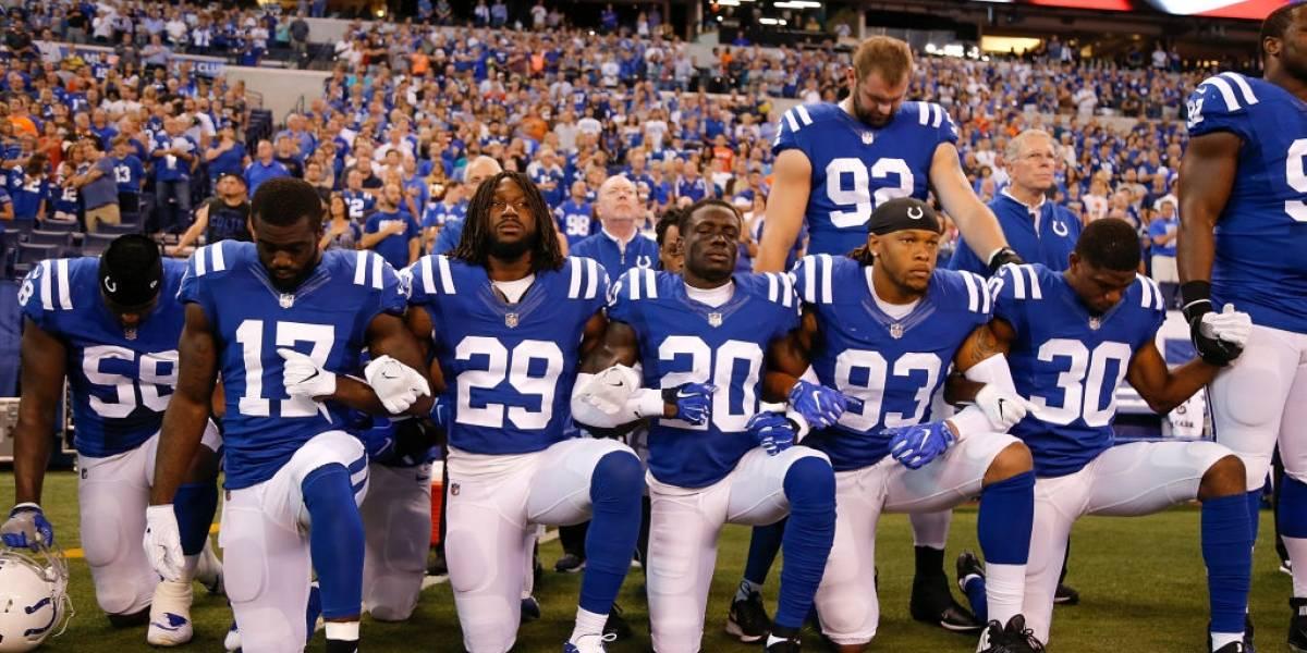 Trump se pelea con la NFL por arrodillarse durante el himno