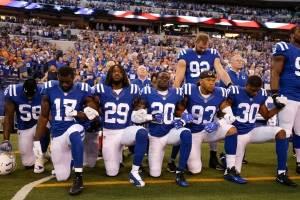 Jugadores de la NFL se arrodillan para el himno