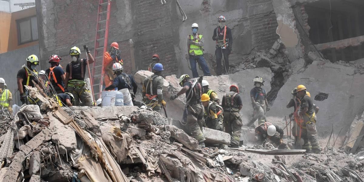 Terremoto en México deja 324 muertos y familiares de desaparecidos piden que no cesen las labores de rescate