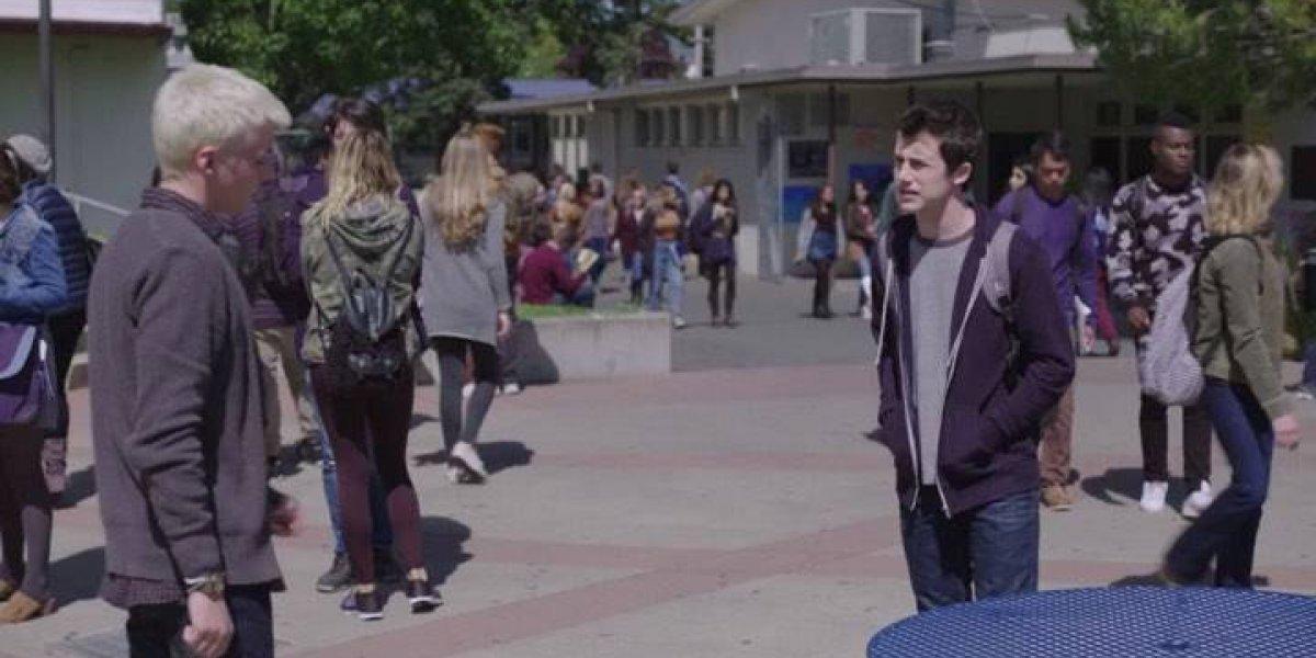 Actor de '13 Reasons Why' reconoce su homosexualidad con emotivo mensaje