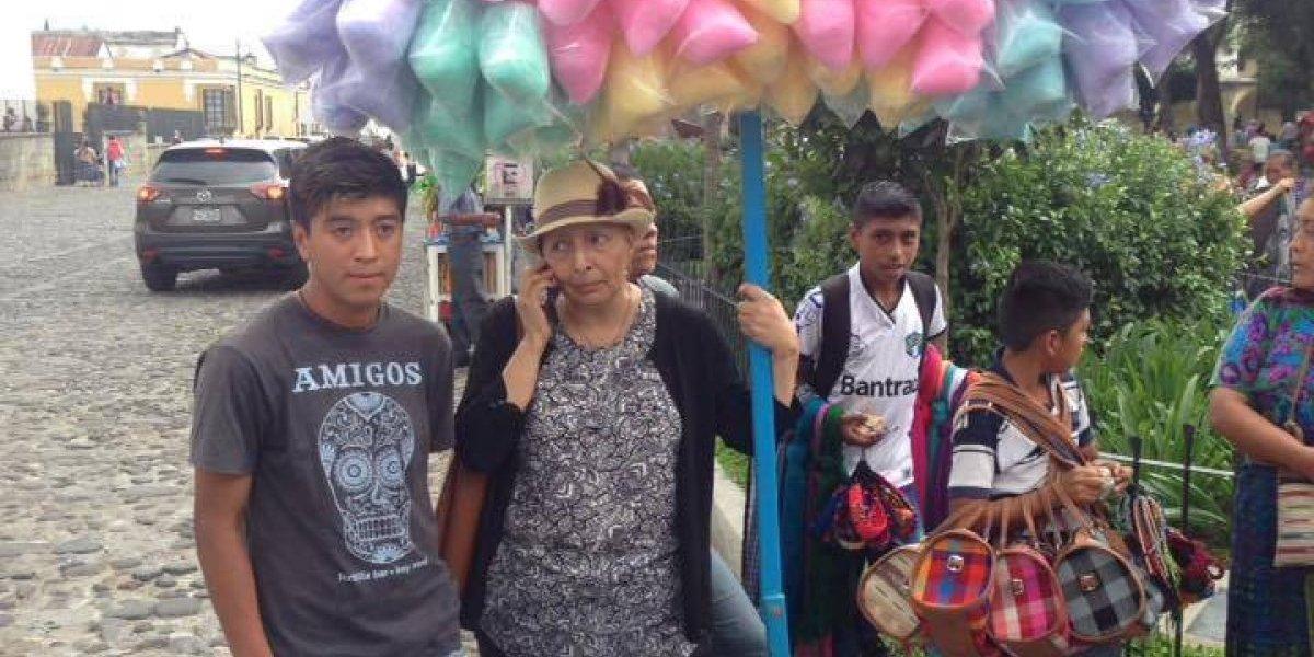 El gesto de generosidad de parte de vecinos de Antigua Guatemala para un joven vendedor