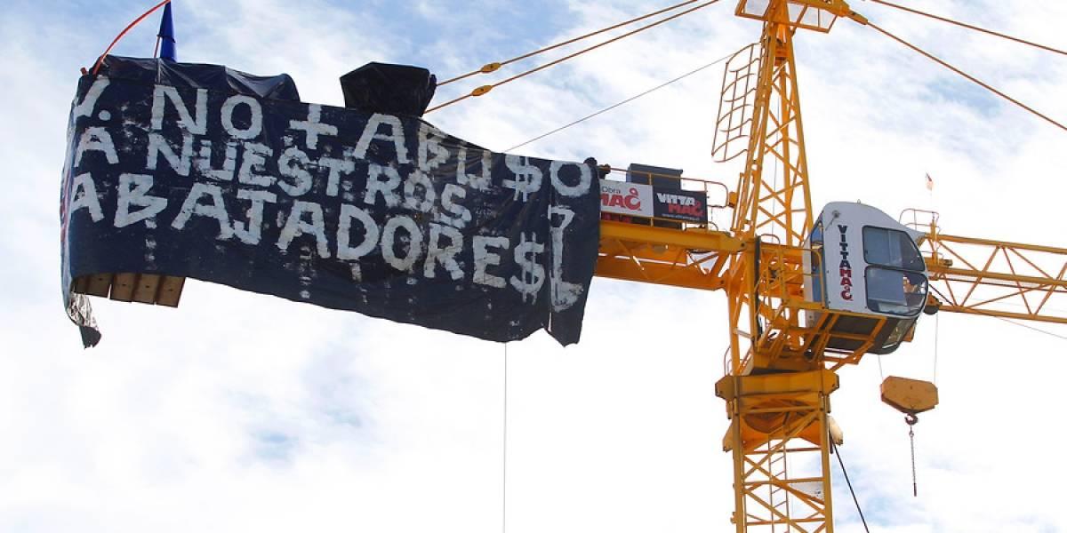 Obreros se toman tres gigantescas grúas y comienzan huelga de hambre a 50 metros de altura en Concepción