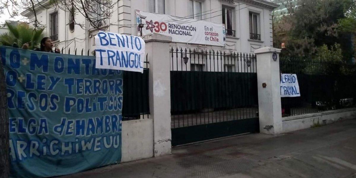 Mujeres en respaldo a huelga de hambre mapuche se tomaron la sede de RN en Santiago