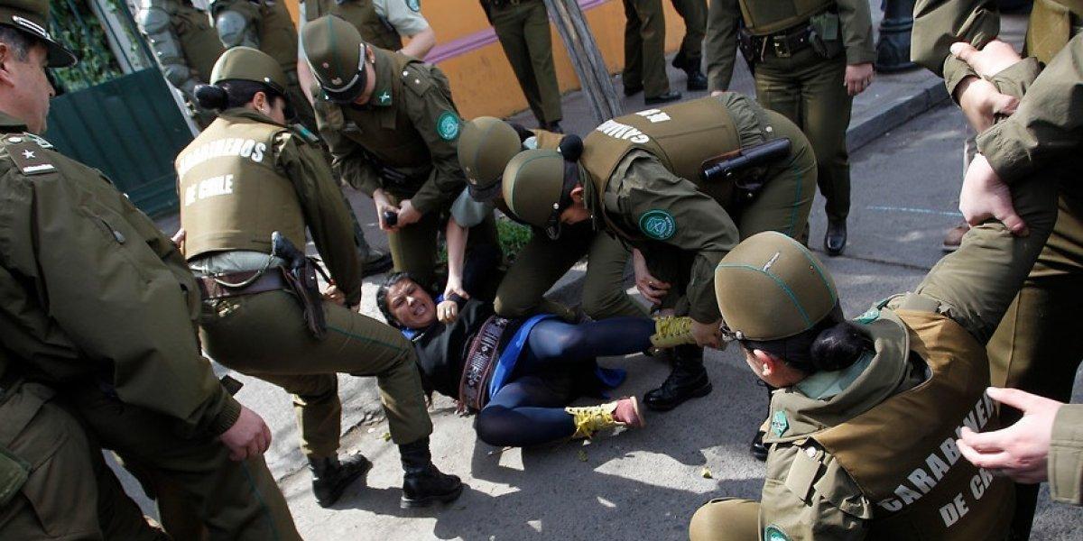 """Desalojan """"toma"""" de la sede de RN: detienen a cinco mujeres que respaldan la huelga de hambre mapuche"""
