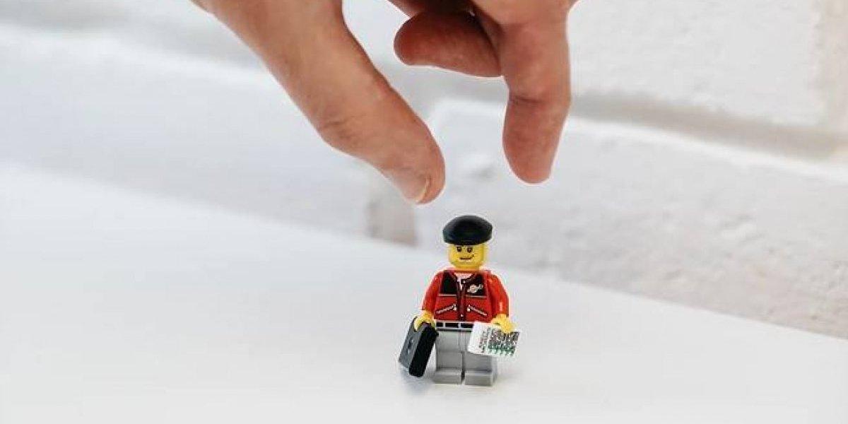 """Busca el trabajo de sus sueños y para lograrlo crea figura de Lego """"igualita"""" a sí mismo y la presenta como CV"""