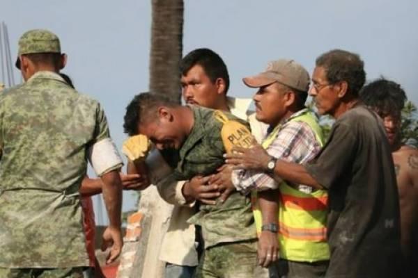 El mensaje de un padre al soldado que sacó el cuerpo de su hija de entre los escombros