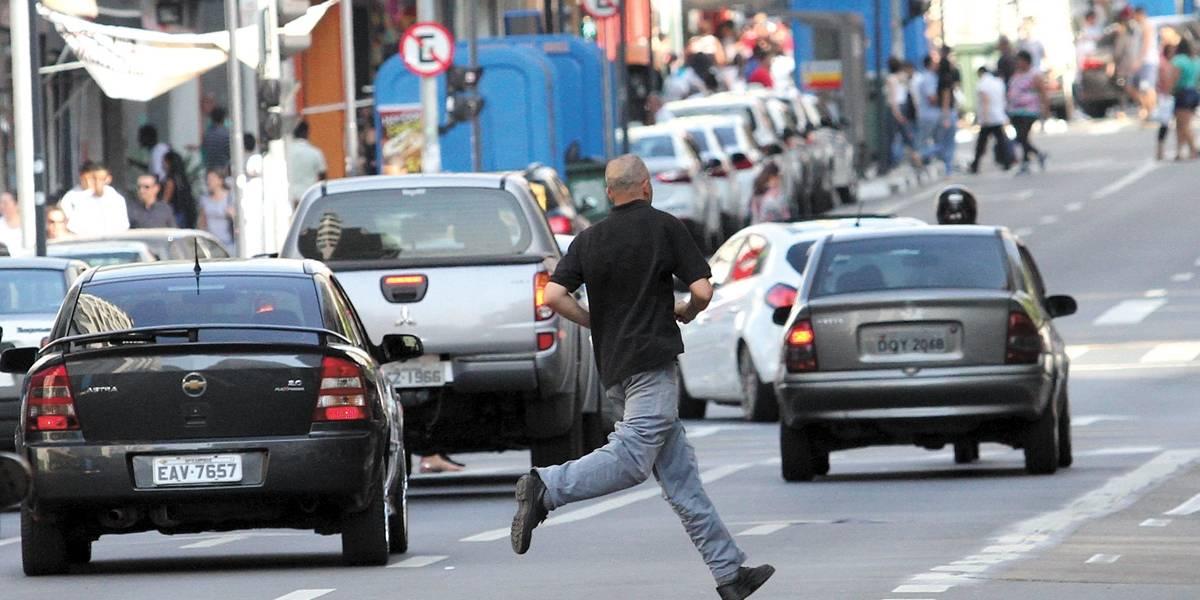 Pedestres e ciclistas poderão ser multados a partir de março; entenda