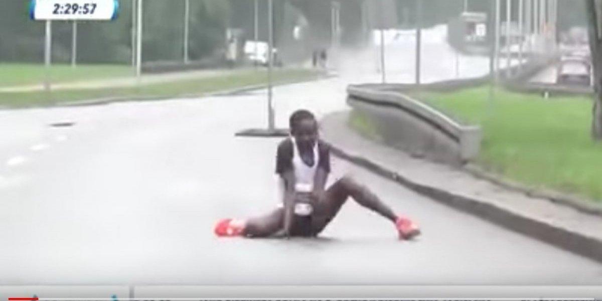 Dramático video muestra cómo colapsa una atleta cerca de ganar un maratón