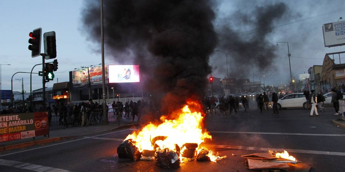 Manifestantes realizan barricadas en calles de Concepción en apoyo a huelguistas