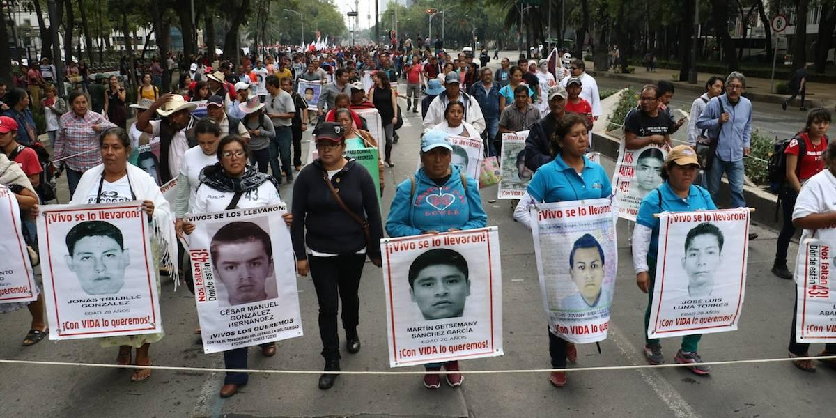 A tres años, padres de los 43 normalistas marcharán en silencio por Reforma