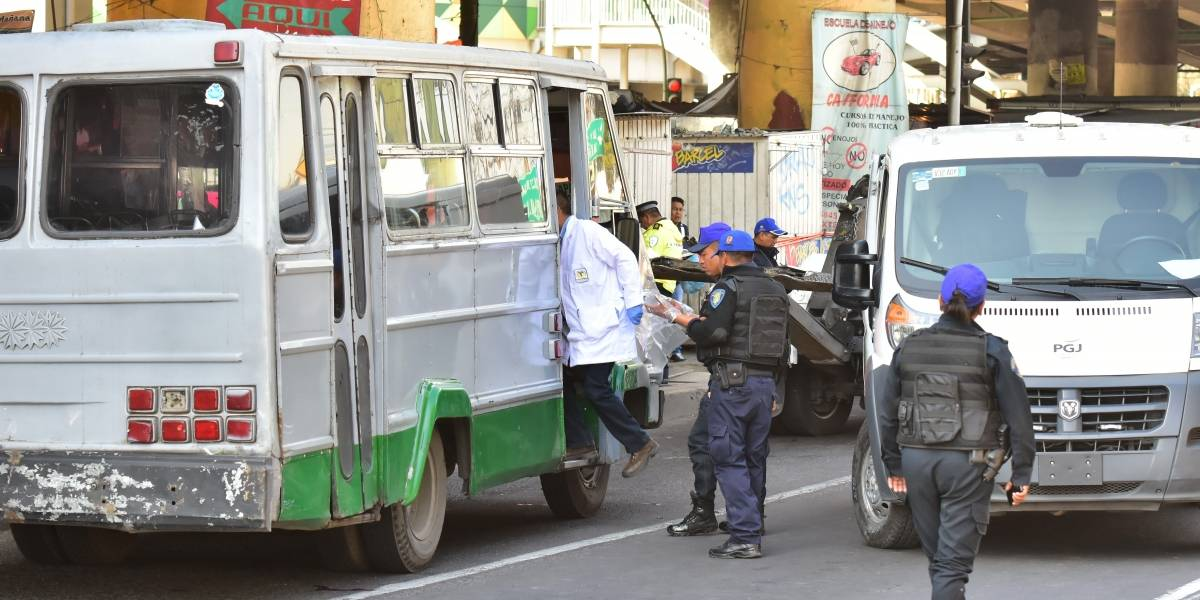 Asaltantes balean a pasajeros de microbús en Calzada de Tlalpan