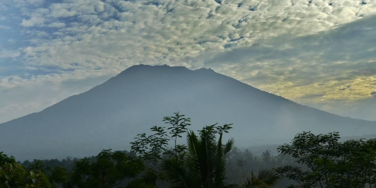 """Alerta por erupción del volcán Agung entra en """"fase crítica"""" y ya hay más de 75 mil evacuados en Bali"""