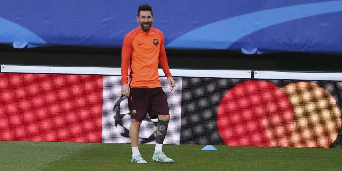 Hincha se metió al campo para besar sus chimpunes — Lionel Messi