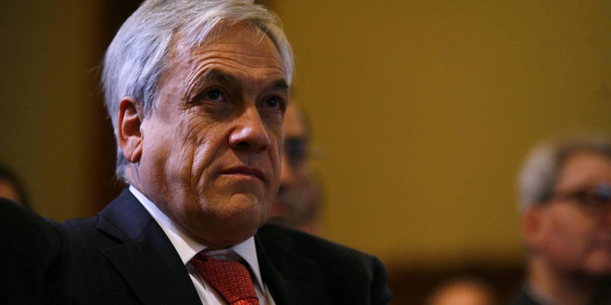 """El mismo día que condecorará a Piñera: Vargas Llosa destroza a """"derecha cavernaria"""" que votó contra aborto"""