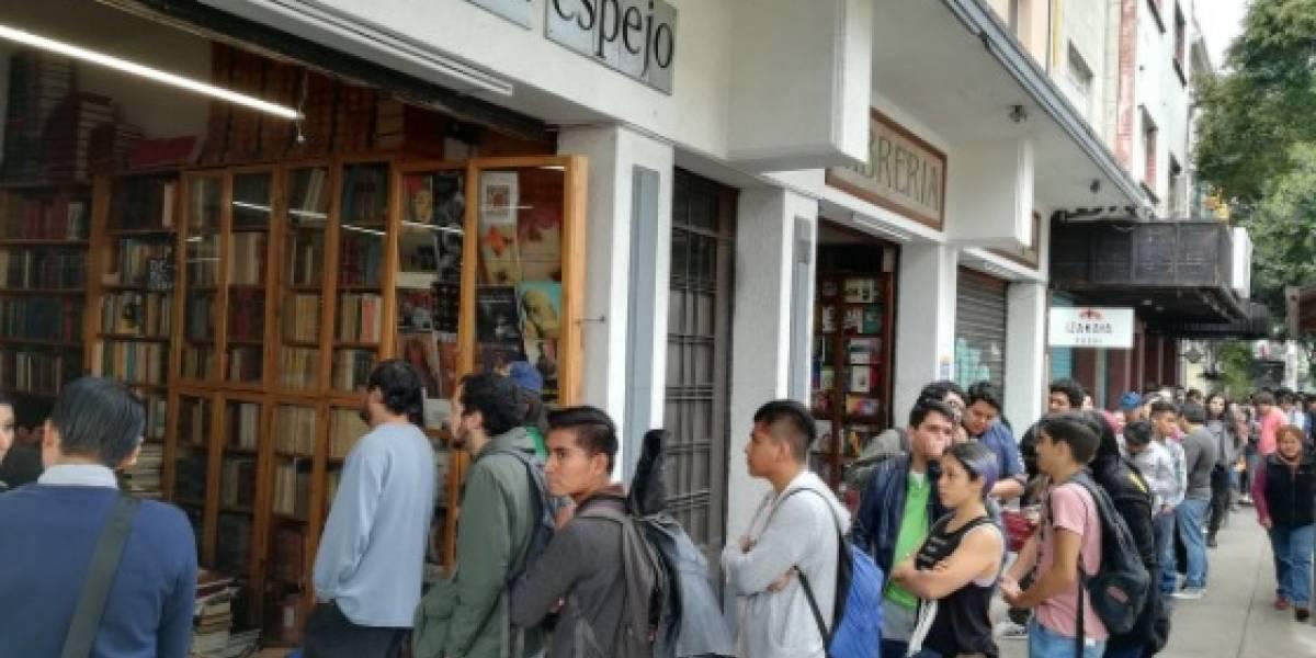 Miles de mexicanos compran libros para reparar una librería dañada por el sismo