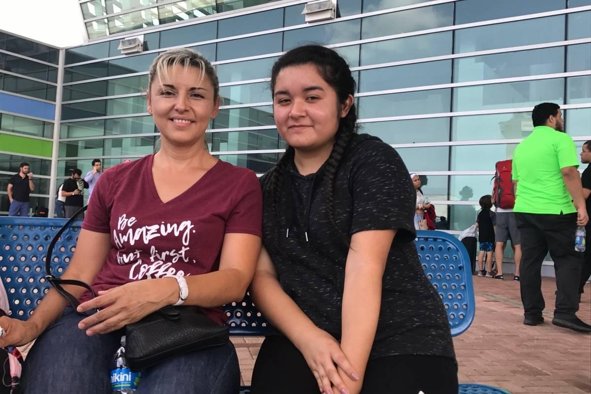 Rosa María (izquierda) y Liliana saldrían hoy rumbo a California. / Foto: Miguel Dejesús
