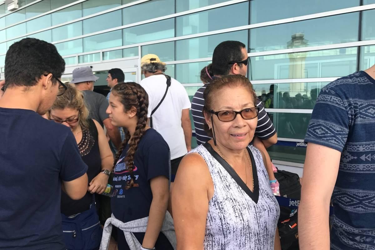 Aida Vázquez saldrá de la isla un par de semanas, esperando que al volver la situación en Puerto Rico haya mejorado. / Foto: Miguel Dejesús
