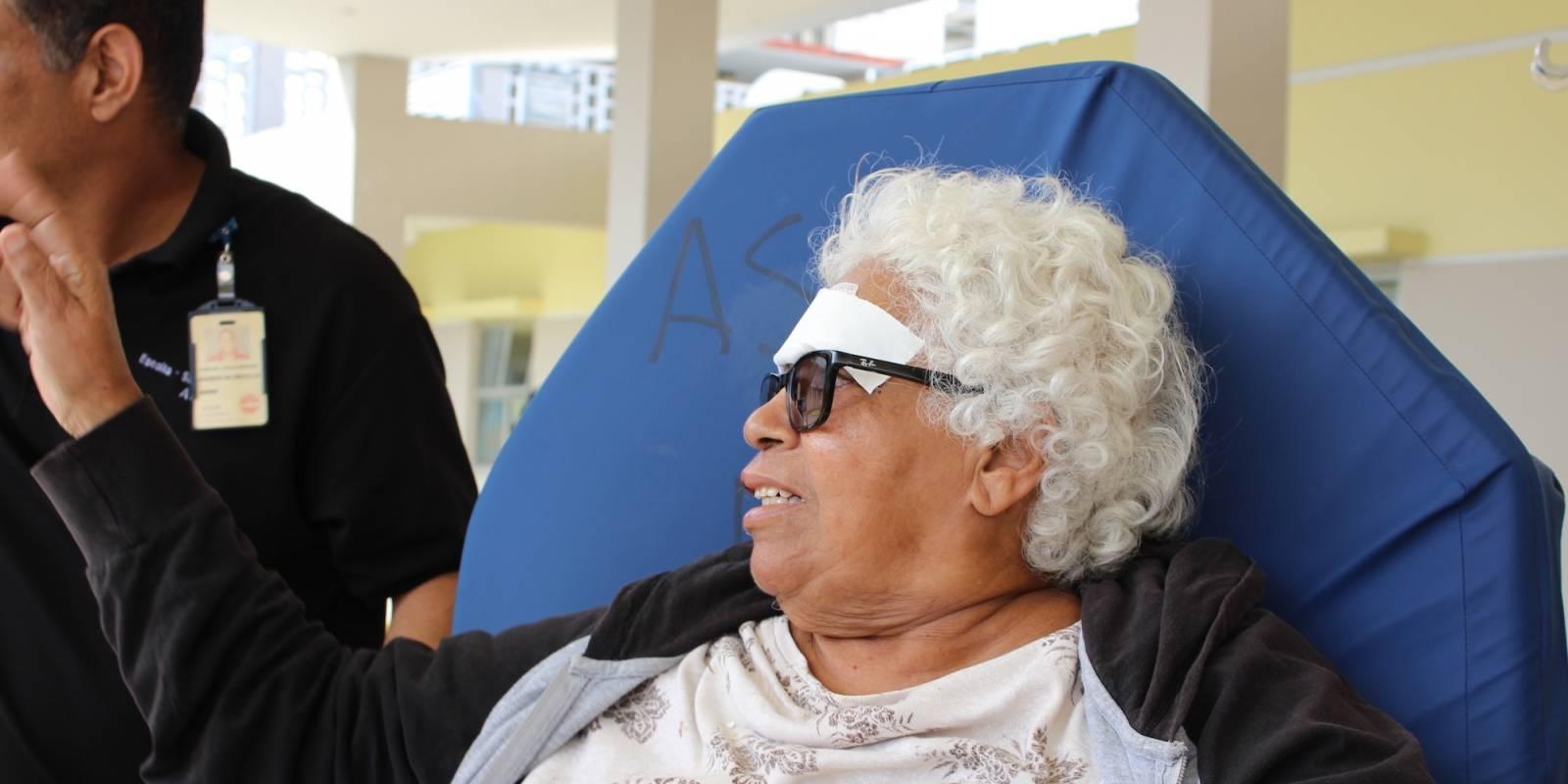 Carmen regresaría ayer en a tarde al hogar de su hija, luego de haber sido atendida en la Sala de Emergencias del Centro Médico. / Foto: Miguel Dejesús