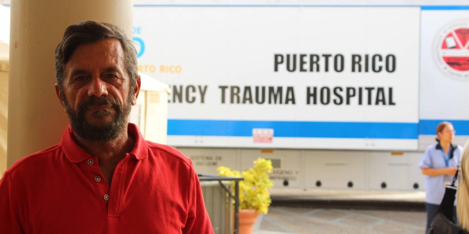 José Espinoza esperaba ayer por noticias de su hermano, quien se encontraba dentro de la Sala de Emergencias de Centro Médico. / Foto: Miguel Dejesús