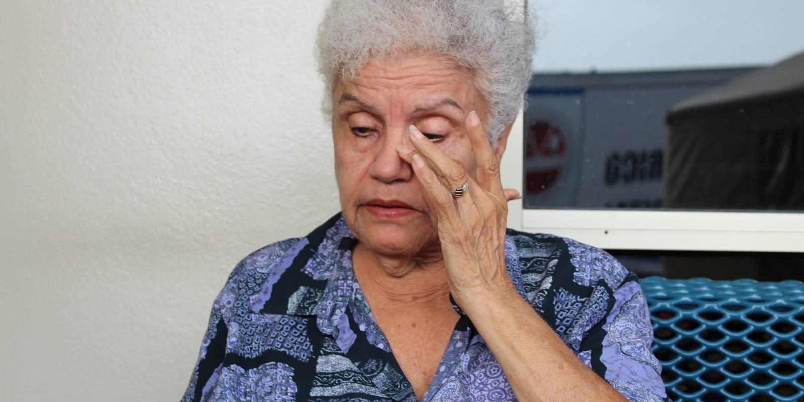 María buscaba desesperada a su hijo en las listas de la Sala de Emergencias de Centro Médico. / Foto: Miguel Dejesús
