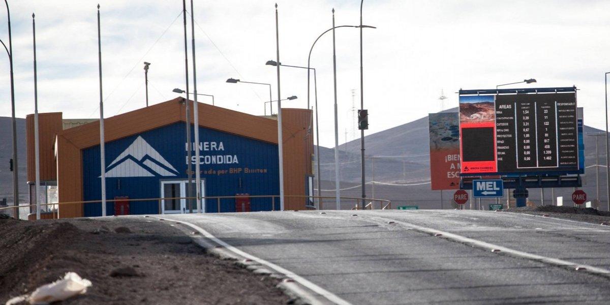Trabajadores de minera Escondida paralizan faenas tras anuncio de despidos