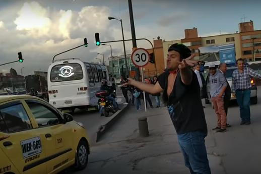 Taxista escupe en la cara a ciclista que le peleaba por cerrarle la vía