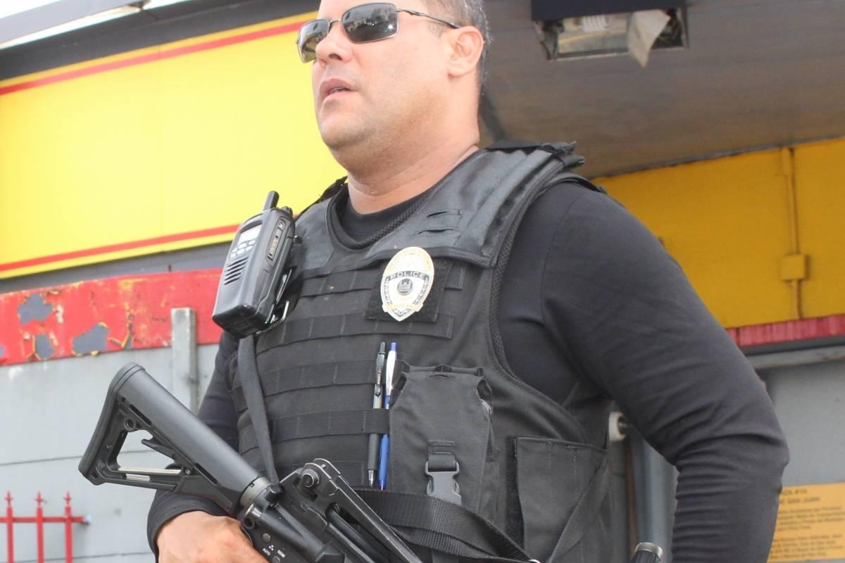 El sargento Díaz Figueroa vio finalmente a sus hijos el domingo, luego del paso del huracán María. / Foto: Miguel De Jesús