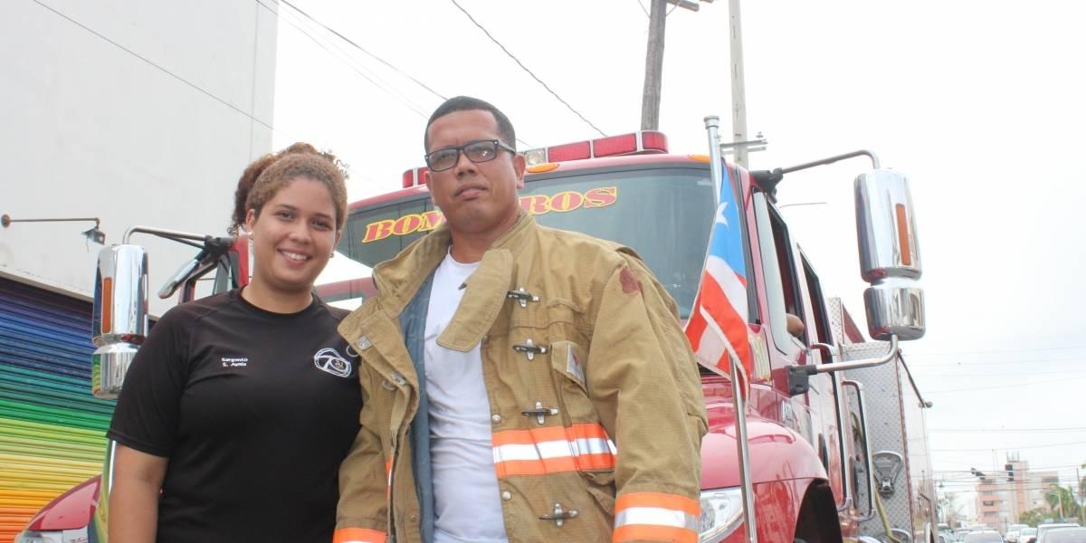 Padre e hija en el camión de bomberos