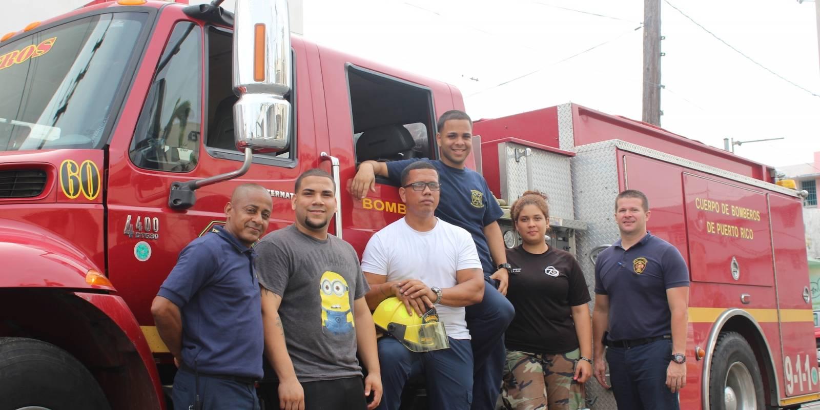 De izquierda a derecha, el bombero Jorge Canales, el voluntario Nathanie Javier, el teniente Santos Ayala, el bombero Orlando Vidal, la voluntaria, Sannette Ayala y el bombero Waldemar Ramos. / Foto: Miguel De Jesús