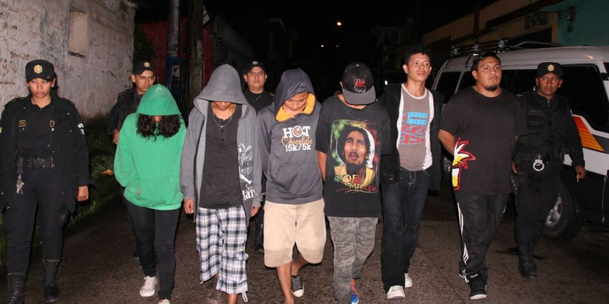 Seis detenidos por asaltar a peatones a quienes amenazaban con subametralladora