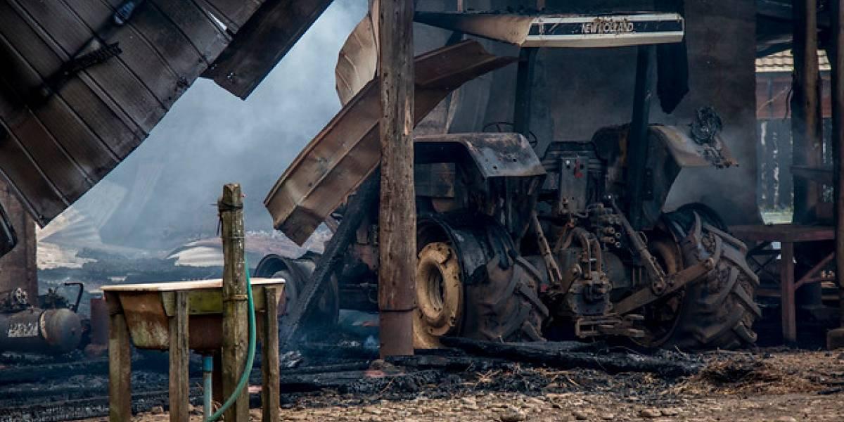 Nuevo ataque incendiario en La Araucanía deja cinco camiones y dos excavadoras quemadas