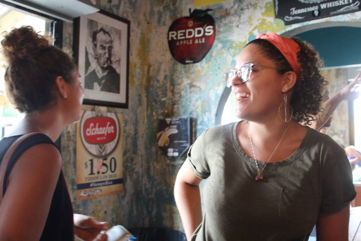 Patricia (izquierda) y Verónica Velázquez esperaban por un par de cervezas en El Boricua. / Foto: Miguel Dejesús