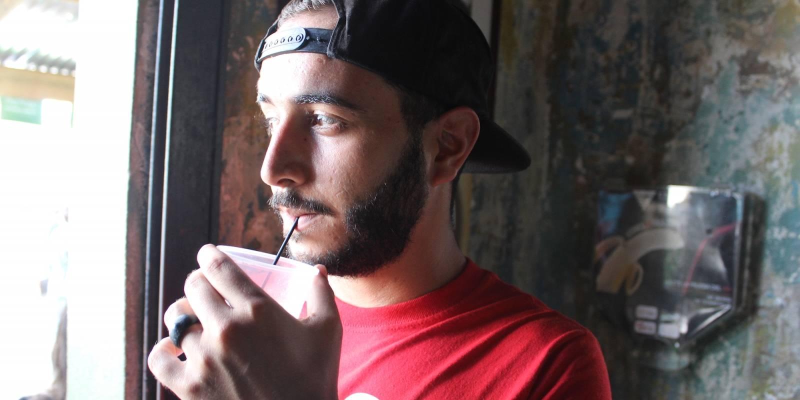 Bryan Vargas disfrutaba ayer de un trago, luego de la eliminación de la Ley Seca. / Foto: Miguel Dejesús