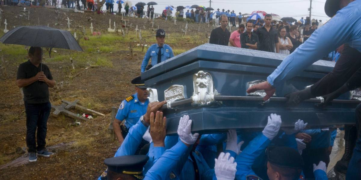 Entierran agente que murió ahogado durante huracán María