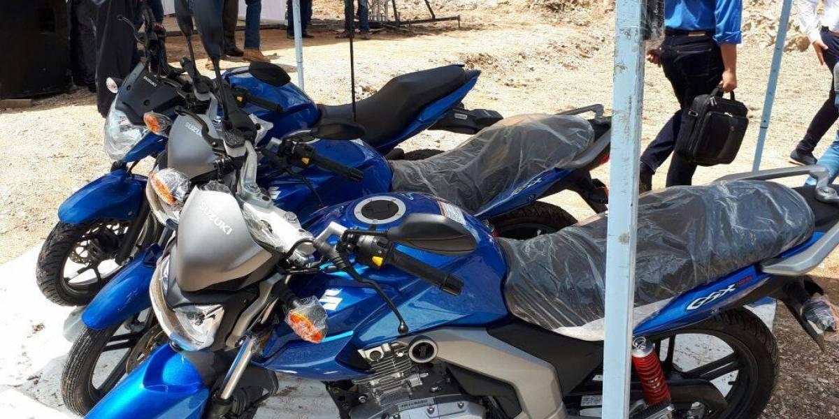 Alcalde de Jocotán, Chiquimula, dona motocicletas a la PNC