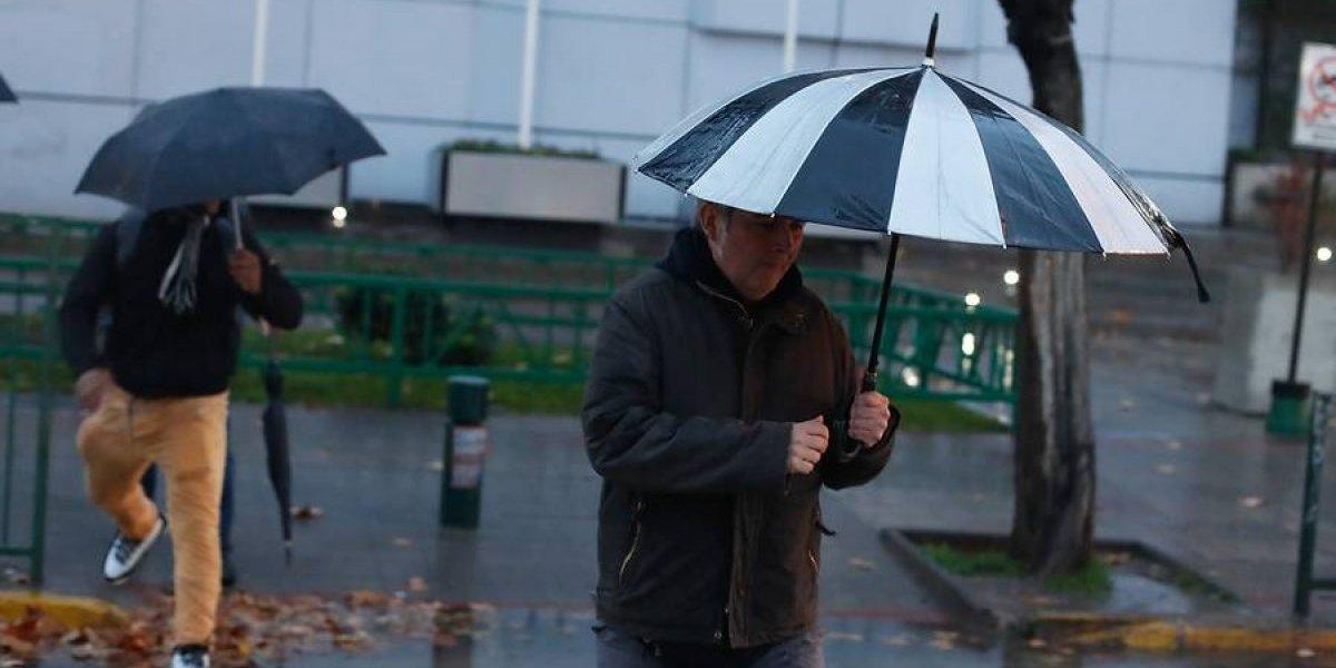 Truenos, lluvia y fuertes vientos causan alarma en la Región Metropolitana