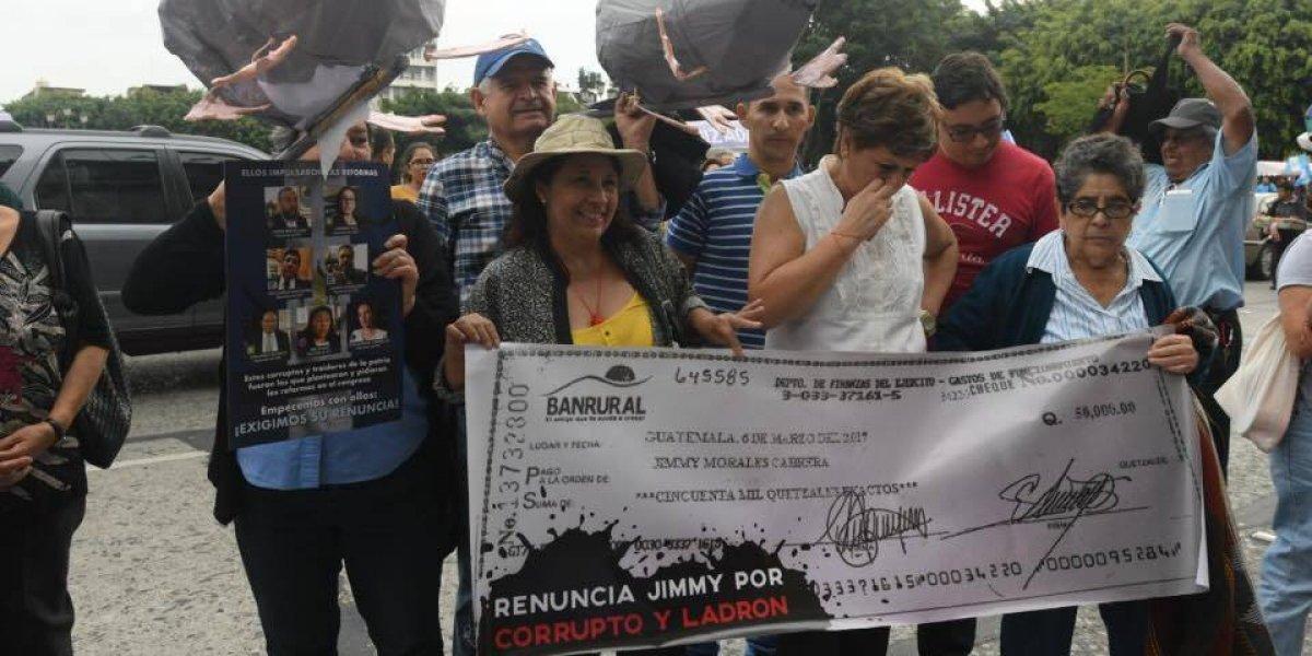 Siguen las manifestaciones en contra de Jimmy y los diputados