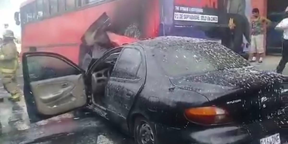 VIDEO. Apagan incendio en vehículo que choca con autobús