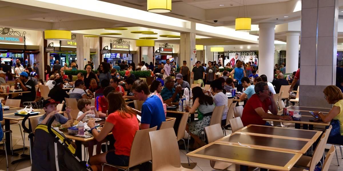 Decenas llegan a Plaza a cargar celulares y comprar comida
