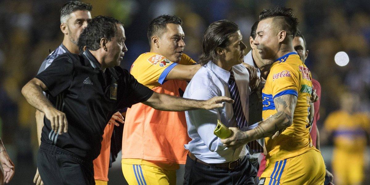 Eduardo Vargas generó la polémica en un caliente partido de Tigres ante Chivas