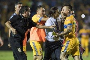 Vargas y Almeyda protagonizaron la polémica del Chivas-Tigres / imagen: Photosport