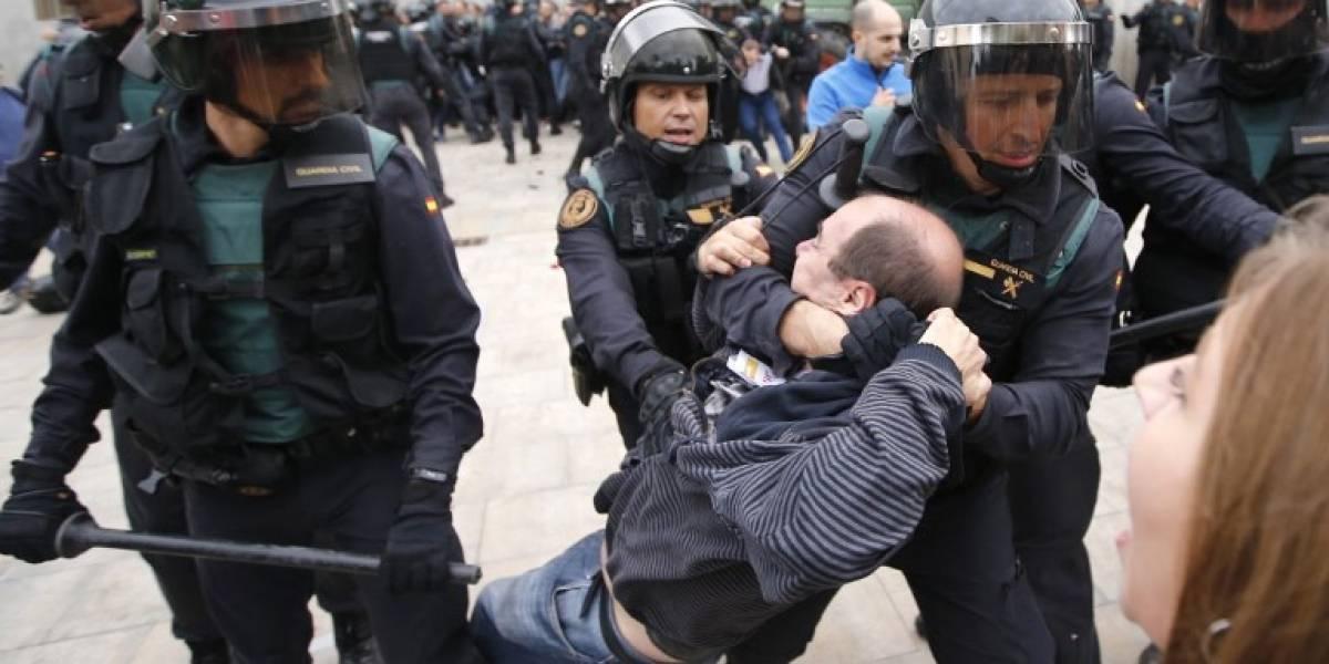 VIDEO. Dramáticas imágenes deja irrupción de policía en referéndum de Cataluña
