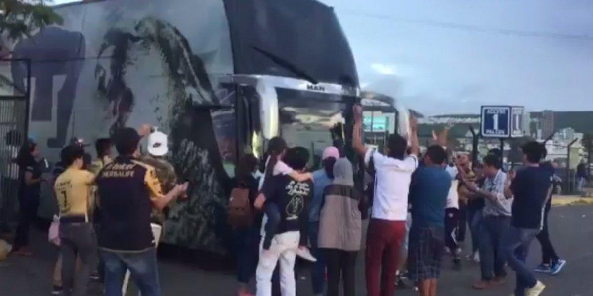 Afición de Pumas bloqueó salida del equipo de La Corregidora